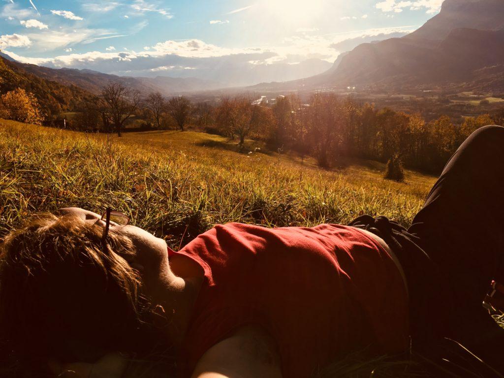 Personne allongée dans un champ ensoleillé.